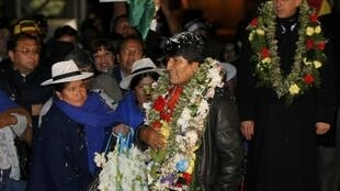 """Tổng thống  Evo Morales hạ cánh an toàn xuống sân bay El Alto- La Paz tối ngày 3/7/2013 sau chuyến bay """"bão táp"""" chỉ vì vụ Snowden."""
