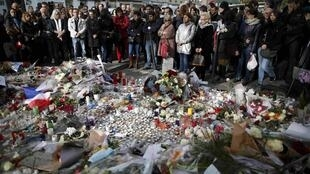 """Минута молчания у парижского зала """"Батаклан"""" 16 ноября 2015"""