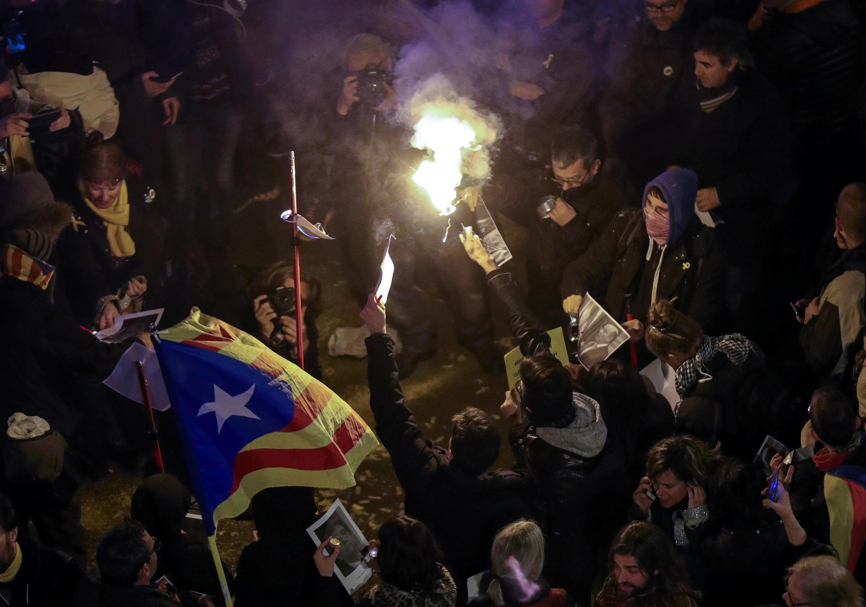 Протестующие каталонцы пытались подойти к зданию представительства правительства Испании в Барселоне, но их сдержал полицейский кордон.
