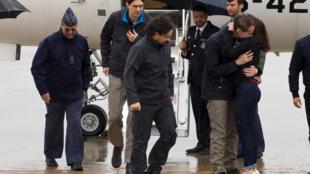 Los tres periodistas liberados Ángel Sastre, Antonio Pampliega y José Manuel López, llegaron al aeropuerto militar de Torrejón, cerca de Madrid este 8 de mayo de 2016.