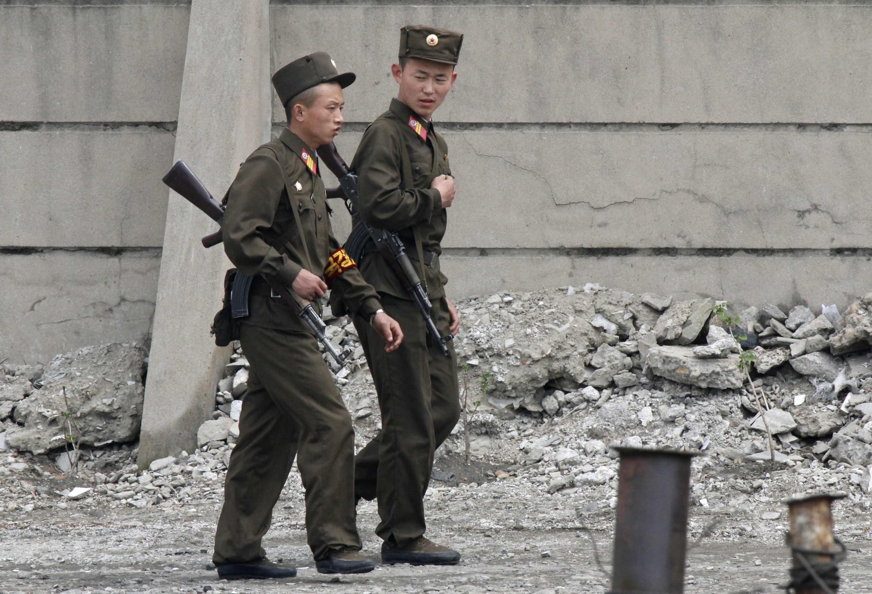Lính Bắc Triều Tiên đi tuần tại vùng biên giới với Trung Quốc ngày 20/05/2011.