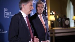 O ministro dos Negócios Estrangeiros do Reino Unido, Philiip Hammond, e o seu homólogo norte-americano, John Kerry lideram a reunião da coligação anti-Estado Islâmico.