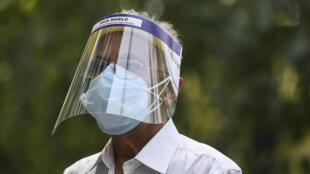 Un hombre aguarda su turno para recibir una dosis de la vacuna de AstraZeneca-Oxford frente al hospital Max de Nueva Delhi, el 1 de mayo de 2021, primer día de la campaña de vacunación en India para todos los adultos
