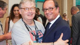 L'ancien président François Hollande en compagnie du producteur et acteur Dominique Besnehard à Angoulême le 22 août 2017.