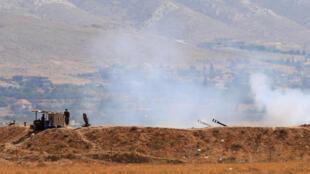 Des tanks de l'armée libanaise en action au premier jour de l'offensive, le 19 août 2017, près de Ras Baalbek, pour chasser le groupe Etat islamique de ces régions montagneuses de l'est du pays.
