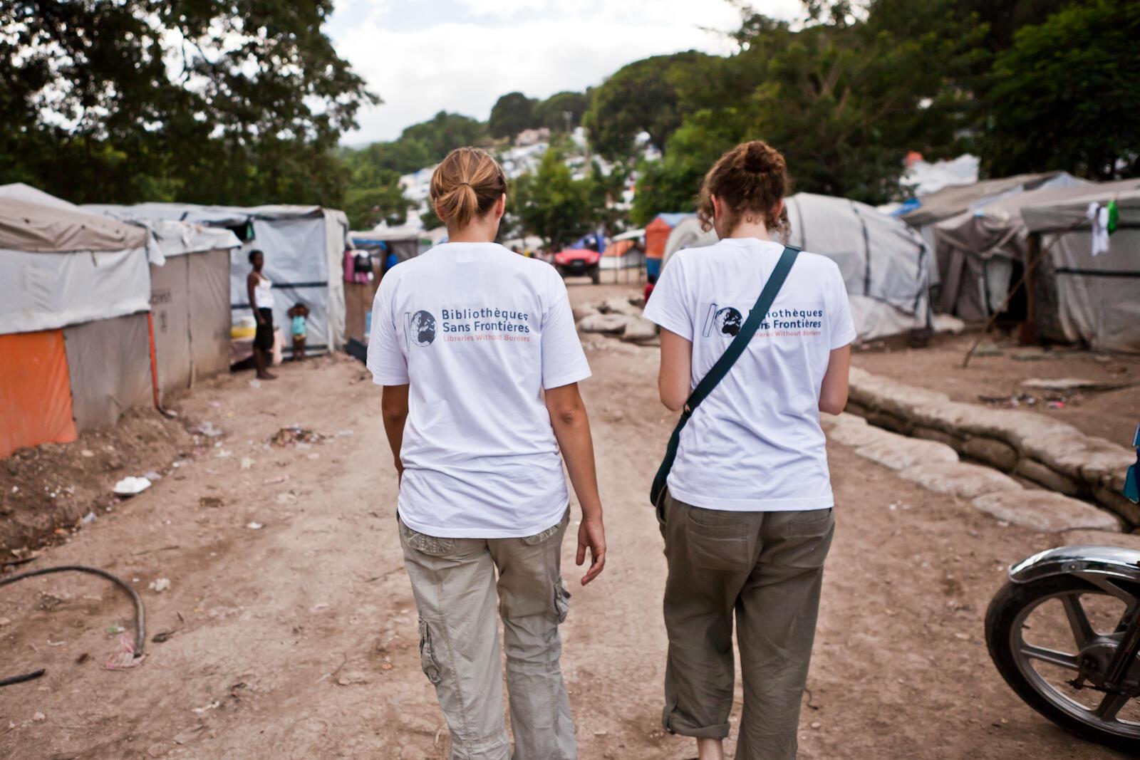 Deux membres de Bibliothèques sans frontières dans un camp près de Port-au-Prince, en décembre 2010.