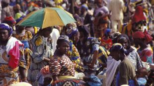 Sur une place de marché traditionnel au Nigeria.