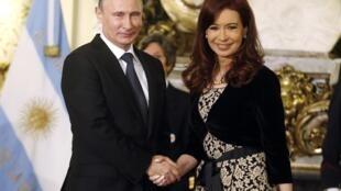 Poignée de main entre le président russe Vladimir Poutine (g) et son homologue argentine Cristina Kirchner. Buenos Aires, le 12 juillet 2014.