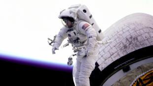 A vida dos astronautas no espaço apresenta dificuldades no cotidiano, entre elas, ir ao banheiro