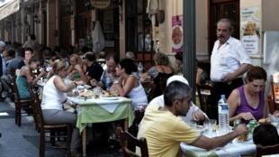 Des touristes à l'heure du déjeuner à Athènes.