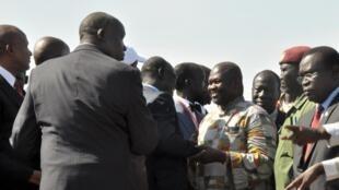 Riek Machar à sua chegada ao aeroporto de Juba, neste 26 de Abril.