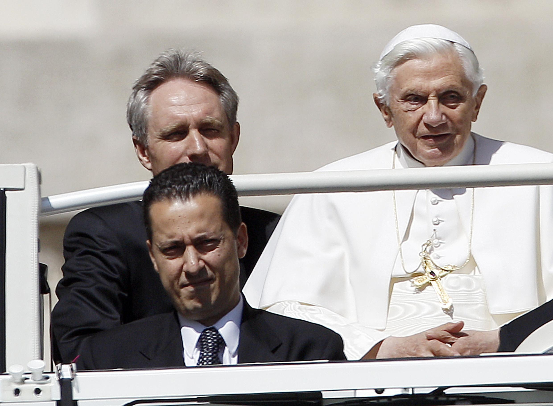 Le pape Benoît XVI et son majordome Paolo Gabriele, place Saint-Pierre à Rome, le 23 mai 2012.