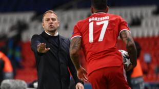 L'entraîneur allemand du Bayern Munich, Hans-Dieter Flick (g), donne ses instructions au défenseur allemand du Bayern Munich, Jérôme Boateng, pendant le quart de finale retour de Ligue des champions contre le Paris Saint-Germain au stade du Parc des Princes à Paris, le 13 avril 2021