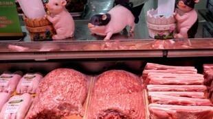 中国北京一超市内猪肉摊位资料图片
