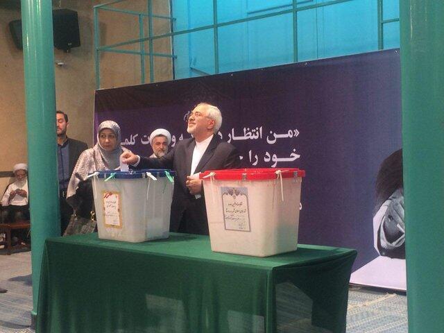 محمد جواد ظریف، وزیر امور خارجه جمهوری اسلامی ایران، رای خود را به صندوق انداخت