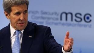 O Secretário de Estado americano John Kerry  discursando  em Munique.13 de Fevreiro 2016