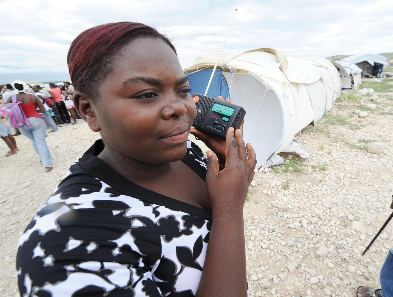 Le transistor, outil d'information essentiel en temps de crise comme ici en Haïti en 2010.