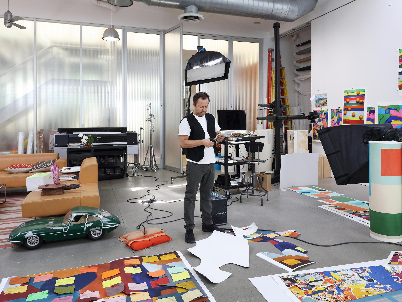 Vik Muniz em seu estúdio em Nova York, trabalhando na série Handmade.