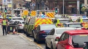 بر اثر حمله با سلاح سرد، در مرکز شهر گلاسکو در اسکاتلند، سه نفر با ضربات چاقو کشته شدند. فرد ضارب با گلوله پلیس از پای درآمد. یک مامور پلیس هم هدف حمله ضارب قرار گرفت و در بیمارستان بستری شد.