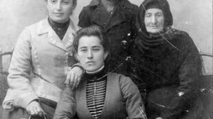 Созерко Мальсагов в бытность кадетом в окружении семьи