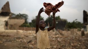 Une petite fille joue à proximité d'une mosquée détruite, à Bangui, le 8 février 2014.
