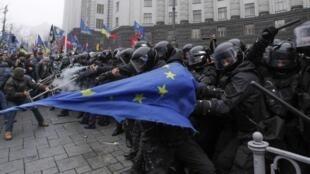 Manifestantes protestam em Kiev contra decisão do governo ucraniano para abandonar acordo com União Europeia.