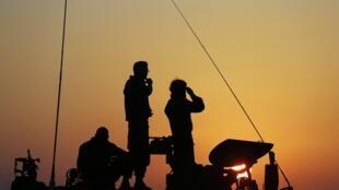 Des soldats israéliens postés au nord de la bande de Gaza, le 20 novembre 2012.