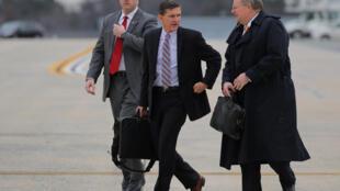 Cố vấn An ninh Quốc gia  Mỹ Michael Flynn (giữa), tới căn cứ khoogn quân Andrew, Maryland, Mỹ ngày 10/02/2017.