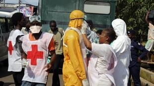 Des agents de santé se préparent à intervenir auprès de malades atteints d'Ebola, à Freetown, Sierra Leone, le 14 octobre 2014.