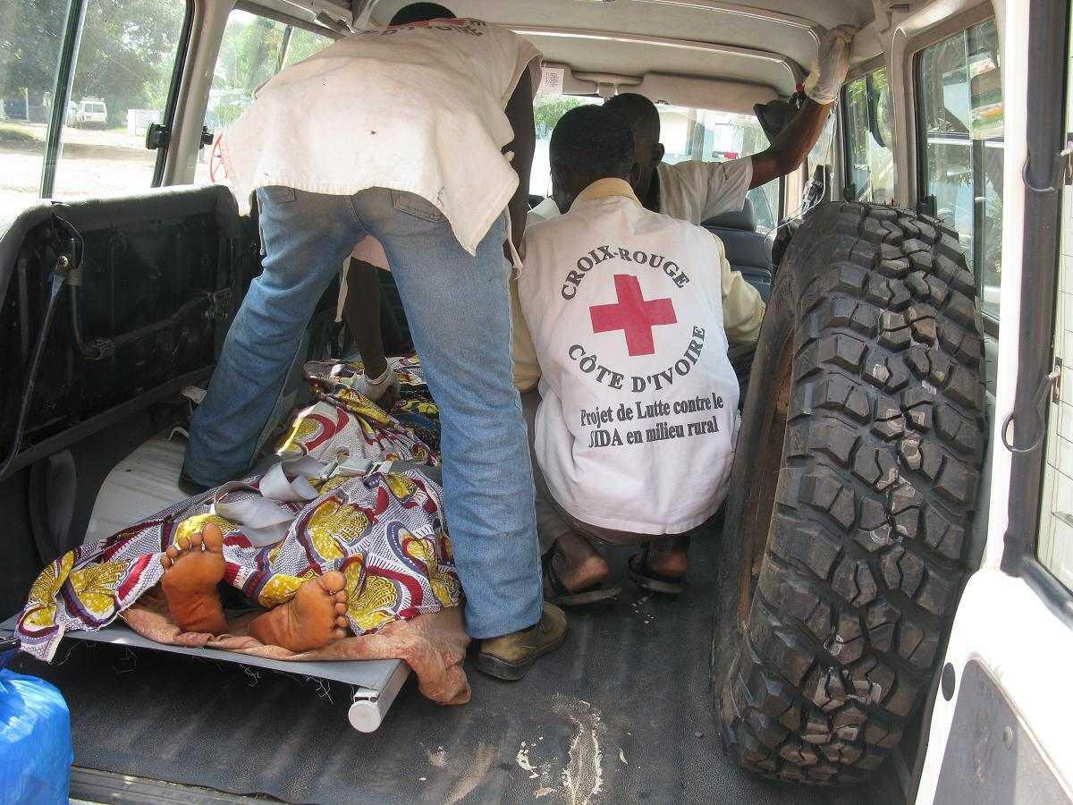Duékoué, janvier 2011. Les blessés sont recueillis par la Croix-Rouge de Côte d'Ivoire.