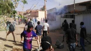 Des jeunes Soudanais manifestent dans le secteur de Burri, le 24 février 2019.