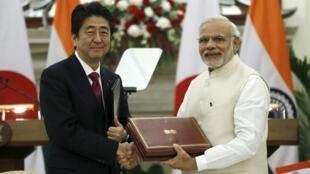 Thủ tướng Nhật Bản Shinzo Abe (T) và đồng nhiệm Ấn Độ Narendra Modi trao đổi văn kiện ký kết, New Delhi, Ấn Độ, 12/12/2015