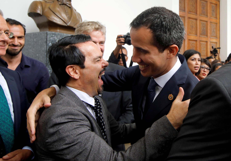 Посол Франции Ромен Надаль (справа), один из участников встречи европейских послов с временным президентом Венесуэлы Хуаном Гуайдо (справа). Каракас. 19.02.2019