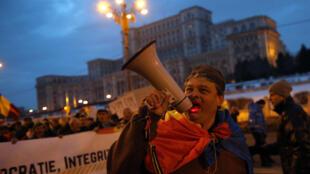 Un manifestante lanza consignas a las puertas del Parlamento en Bucarest. 4 de febrero de 2017.