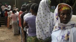 Une longue file d'attente devant un bureau de vote de Conakry lors de la dernière élection présidentielle guinéenne, le 11 octobre 2015.