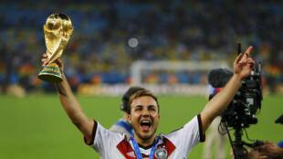 Mario de Janeiro ! Götze, le buteur, tout à sa joie avec le trophée.