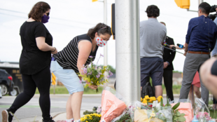fleurs-deposees-endroit-homme-conduisant-fonce-famille-musulmane-tuant-quatre-personnes-London-Ontario-Canada-7-2021_4_1400_933