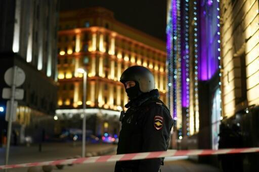 Un policía monta guardia en una calle cortada cerca de la sede central del FSB, el 19 de diciembre de 2019 en el centro de Moscú