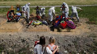 Похороны умерших от COVID-19 на кладбище под Санкт-Петербургом. 26 июня 2020 г.