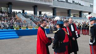 Des élèves officiers recevant leur diplôme de l'école militaire de Saint-Cyr Coëtquidan, en France(2012).