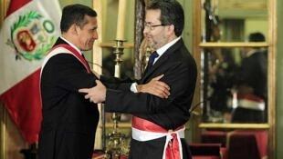 Le président péruvien, Ollanta Humala (G)  et le nouveau Premier ministre Juan Jimenez à Lima, le 23 juillet 2012.