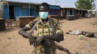 Combattant rebelle devant une mosquée de Bentiu, au Soudan du Sud, le 20 avril 2014