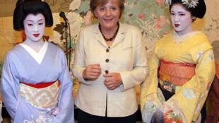 Thủ tướng Đức Angela Merkel chụp ảnh chung với hai nữ sinh một trường đào tạo geishas ở Kyoto, 31/08/2007.