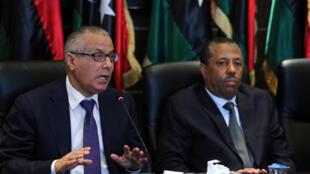Le Premier ministre Ali Zeidan (g.) s'exprime lors d'une conférence de presse le samedi 16 novembre 2013, alors que des affrontements armés se déroulent dans la capitale.