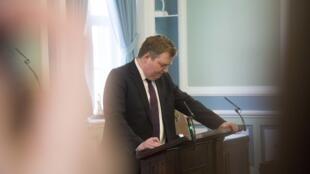 Sigmundur David Gunnlaugsson annonçant sa démission à son groupe parlementaire, le5avril2016 à Reykjavik.