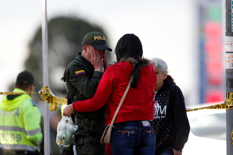 Богота. 17.01.2019. Сцена рядом со зданием полицейской академии, где только что произошел теракт