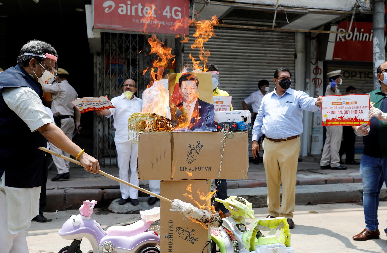 Người biểu tình ở New Delhi ngày 22/06/2020 đốt ảnh ông Tập Cận Bình và hàng Trung Quốc, kêu gọi dùng hàng Ấn Độ.