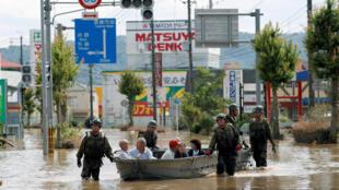 Quân đội tham gia cứu hộ các nạn nhân mưa lũ tại Kurashiki, tỉnh Okayama, ngày 08/07/2018.