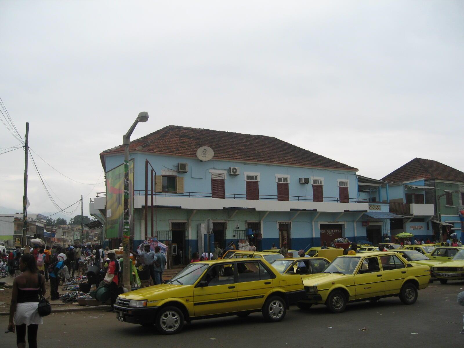 Centro da cidade de São Tomé, capital de São Tomé e Príncipe que lançou um programa de mitigação économico_social, orçado em 84 milhões de dólares, para fazer face à pandemia de Covid-19, que já causou 7 óbitos, com registo de 235 infectados no arquipélago até 13 de Maio de 2020.