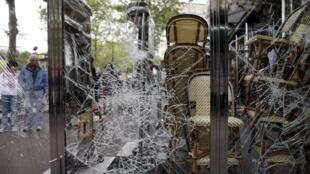 """Vidro de um café na região da avenida Champs Elysées ficou destruído depois da """"festa"""" do PSG"""
